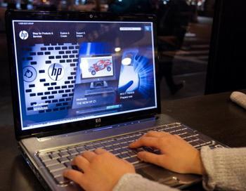 Человек просматривает веб-сайт Hewlett Packard, используя компьютер HP в кафе  Мидтаун в Манхэттене  23 февраля. Фото: Benjamin Chasteen/The Epoch Times