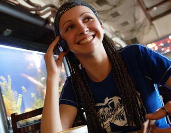 Девушка говорит по телефону. Фото РИА Новости