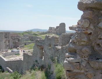 Туристическая группа осматривает руины старого замка. Фото: Екатерина Кравцова/Великая Эпоха