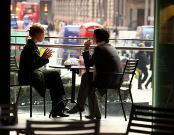 Две женщины в кафе. Фото: Oli Scarff/Getty Images