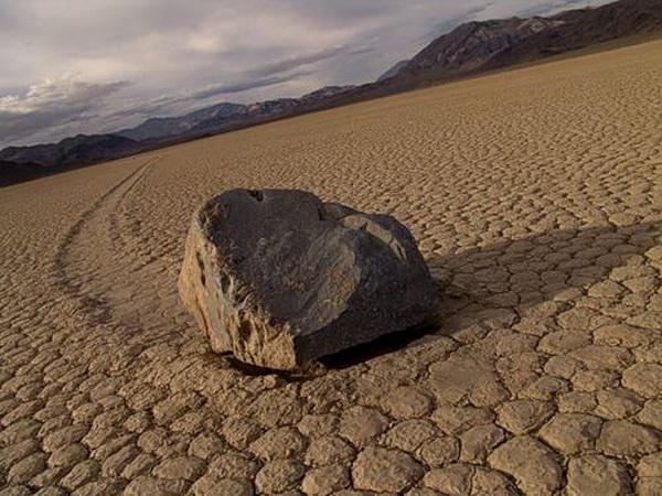 Движущиеся камни. Фото с сайта topnews.ru