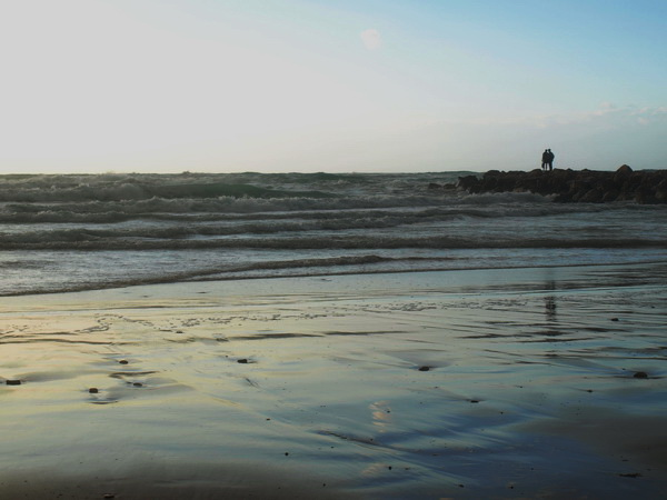 Он и она у моря. Стихотворение Ури-Цви Гринберга в переводе Михаила Польского. Фото-стихо-творение.. Фото-стихо-творение. Фото: Хава ТОР/Великая эпоха