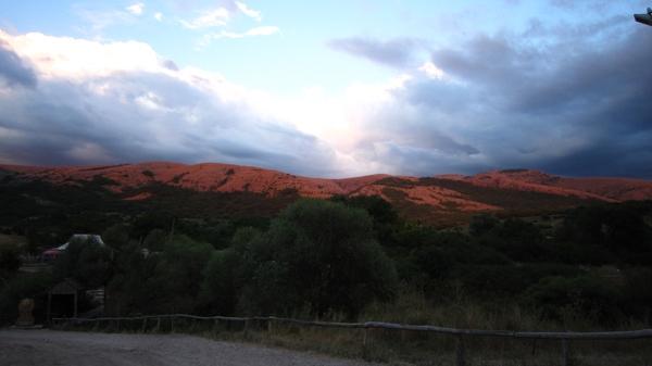 Крым. Долина Красных пещер. Вид на Долгоруковскую яйлу в лучах заката. Фото: Надежда Калинина