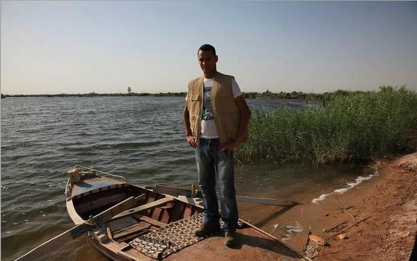 Валид, наш гид  на лодке в соленом озере в оазисе Дакхла. Фото Yaira Yasmin/The Epoch Times