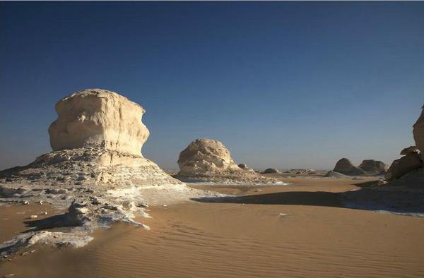 Мрачная, но прекрасная  грибовидная фигура в Белой Пустыне. Фото Yaira Yasmin/The Epoch Times