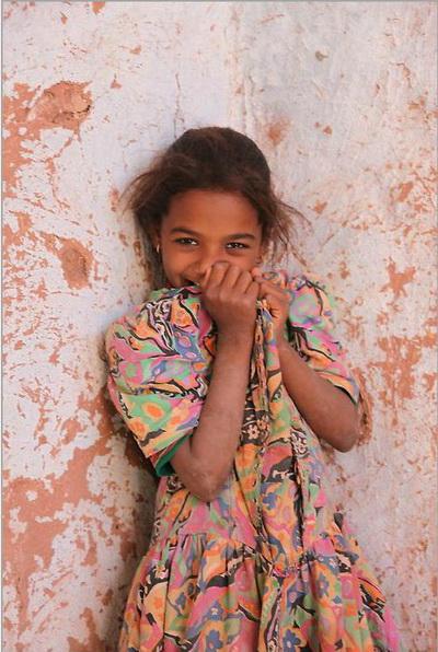 Маленькая девочка  смущенно позирует в оазисе Дакхла. Фото: Яйра Ясмин/Великая Эпоха