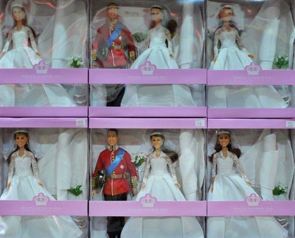Фоторепортаж о куклах с образами принца Уильяма и леди Кэтрин. Фото: AFP PHOTO/BEN STANSALL