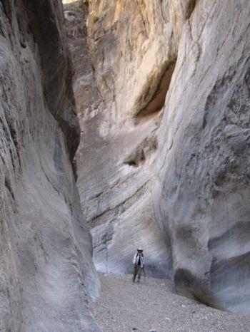 Фото: У  каньонов крутые и настолько узкие проходы, что вы можете коснуться обеих стен одновременно. Фото: Нэнси Дуглас