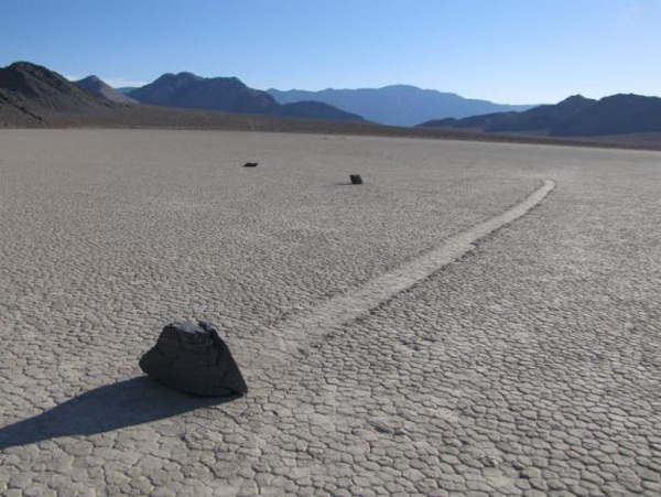 Валуны путешествуют по пустыне в «Долине двигающихся камней». Фото: Нэнси Дуглас