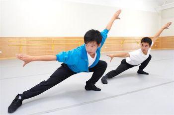 Студент (справа) следует за движениями его учителя танцев (слева). Классический китайский танец фокусируется на тренировке ума и тела. Фото: Fei Tian Academy of the Arts California