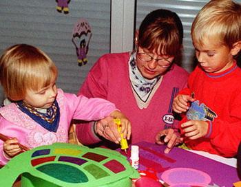 Дети любят делать разные поделки, для которых нужен клей.Фото с сайта dw-world.de