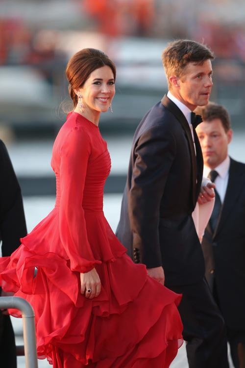 Наследный принц Фредерик и крон-принцесса Дании Мэри на официальной церемонии принятия присяги короля Виллема-Александра в Нидерландах 30 апреля 2013 года. Фото: Chris Jackson/Getty Images