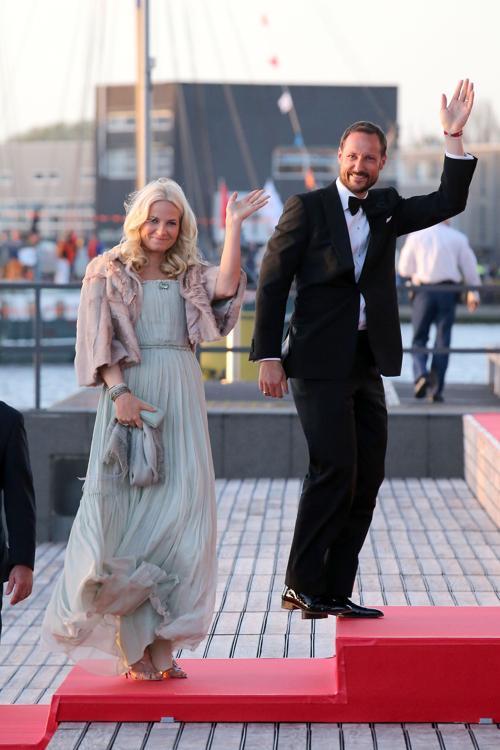 Кронпринцесса Метте-Марит и крон-принц Хокон на официальной церемонии принятия присяги короля Виллема-Александра в Нидерландах 30 апреля 2013 года. Фото: Chris Jackson/Getty Images