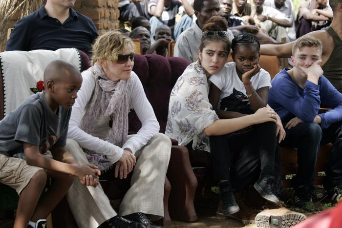 Мадонна посетила Малави вместе с детьми.. Фото: AMOS GUMULIRA / AFP / Getty Images