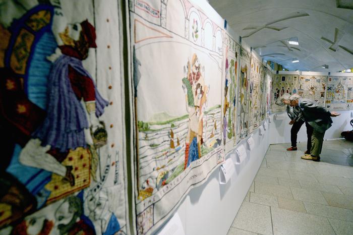 Автор проекта Александр Макколл Смит и художник Андрей Крамми, реализовавший работу, на выставке 143-метрового Большого гобелена Шотландии, в парламенте Эдинбурга 3 сентября 2013 года. Фото: Jeff J Mitchell/Getty Images
