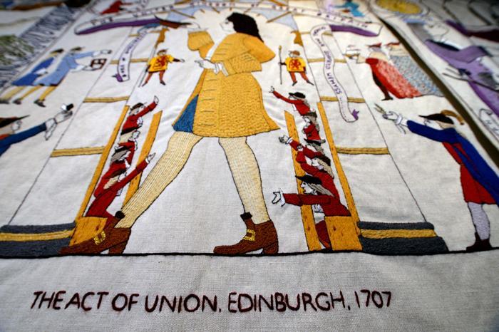 143-метровый Большой гобелен Шотландии выставили для просмотра в шотландском парламенте в Эдинбурге 3 сентября 2013 года. Гобелен, который является одним из самых длинных в мире, имеет 160 панно, каждое из которых представляет уникальный момент в истории Шотландии. Фото: Jeff J Mitchell/Getty Images