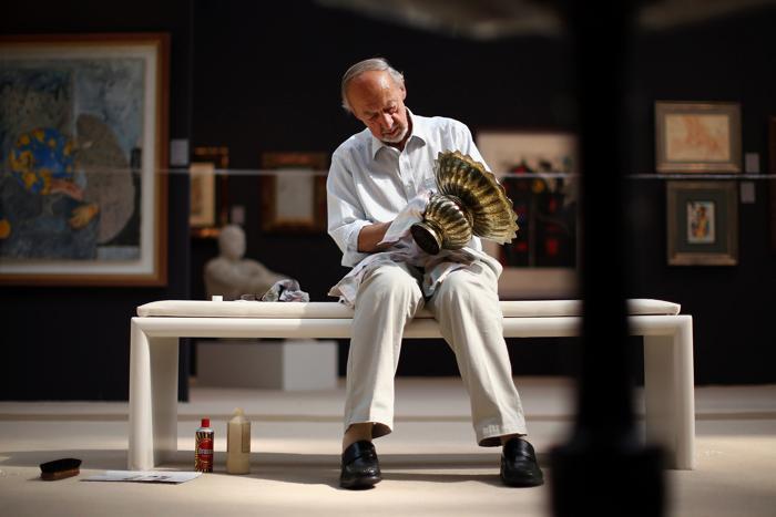Дэвид Хэнсорд полирует вазу в преддверии выставки в преддверии выставки изобразительного искусства и антиквариата 2013. Фото: Dan Kitwood/Getty Images
