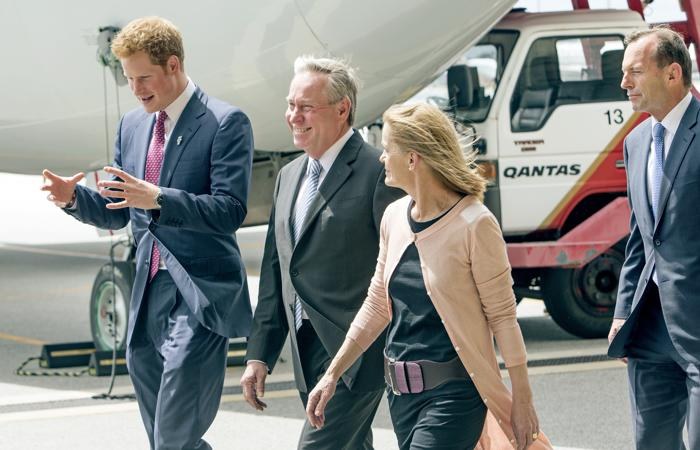 Принц Великобритании Гарри прибыл в Перт 5 октября 2013 года в ходе двухдневного визита в Австралию, где его встречали премьер-министр Австралии Колин Барнетт и его супруга. Фото: Steve Ferrier - Pool/Getty Images