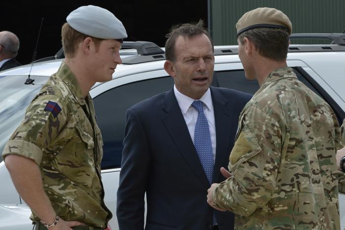 Принц Гарри и Тони Эбботт в военных казармах Специального полка воздушной службы (SASR) 5 октября 2013 года в Перте (Австралия). Фото: SOCOMD SASR - Бассейн/Getty Images