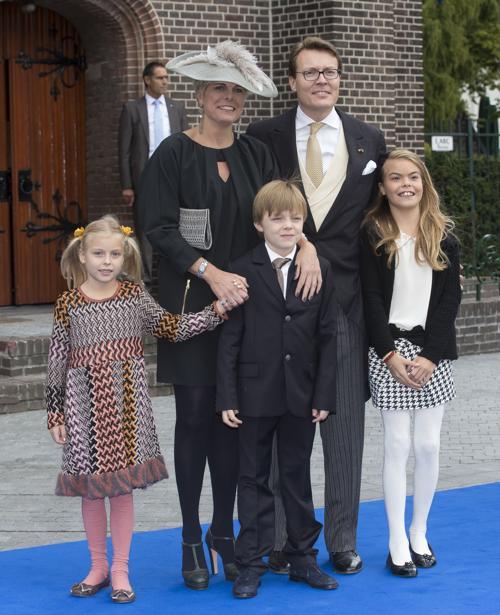 Принц Константин, принцесса Лорентин и их дети на свадьбе принца Хайме де Бурбон-Парме и венгерки Виктории Червеняк 5 октября 2013 года в нидерландском городе Апелдорне. Фото: Michel Porro/Getty Images