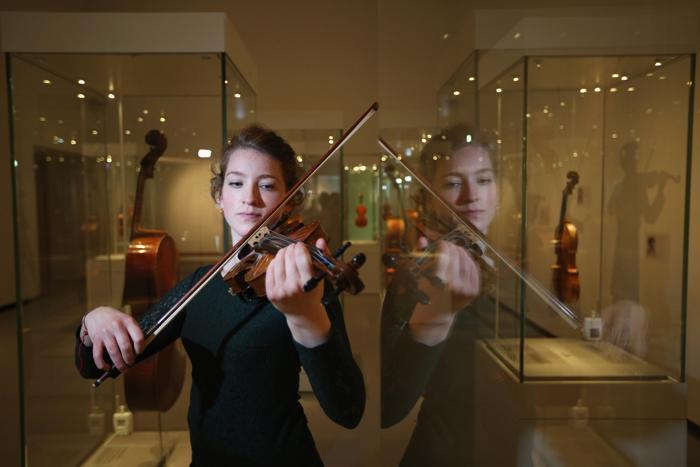 Скрипач Сесилия Стинтон исполнила классическую музыку на скрипке Антонио Страдивари. Фото: Oli Scarff/Getty Images