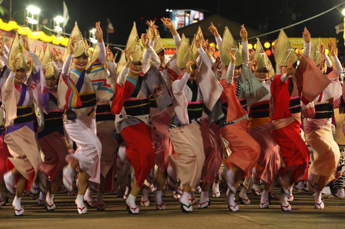 Традиционный трёхдневный фестиваль танца Ава-одори (или танца дураков) стартовал в японском городе Токусима 12 августа 2013 года. Фото: Buddhika Weerasinghe/Getty Images
