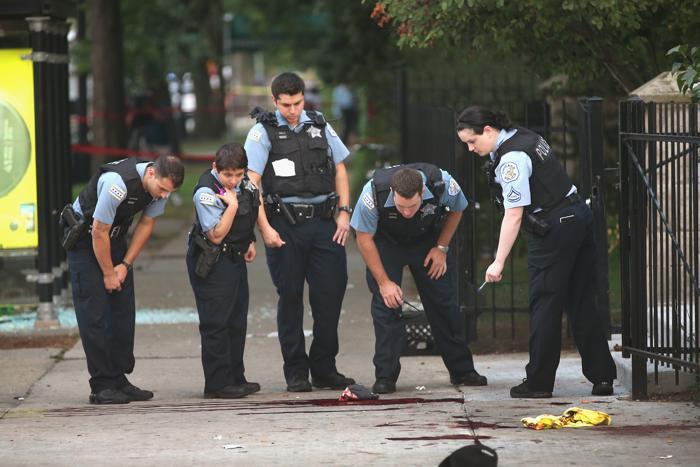 Вчера, 19 августа 2013 года, из автомобиля на улице американского города Чикаго расстреляли группу людей, погиб 1 человек и 4 ранено. За последние 4 дня в перестрелках в Чикаго погибло 9 человек и около 30 получили ранения. Фото: Scott Olson/Getty Images