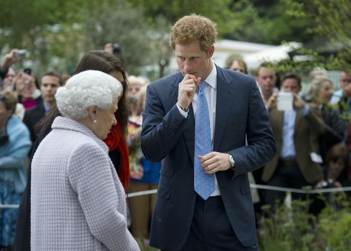 Королева Елизавета II и её внук принц Гарри на юбилейной королевской выставке цветов в Челси. Фото: Geoff Pugh - WPA Pool/Getty Images