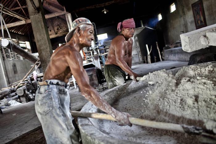 Индонезийская фабрика использует традиционные методы для получения лапшы мие. Фото: Ulet Ifansasti/Getty Images