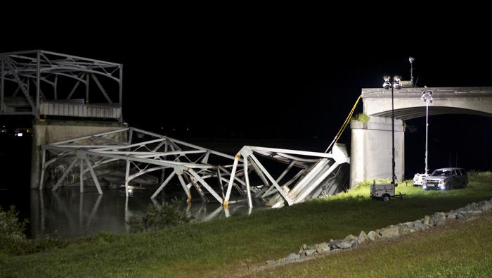Автомобильный мост обрушился в штате Вашингтон США. Фото: Stephen Brashear/Getty Image
