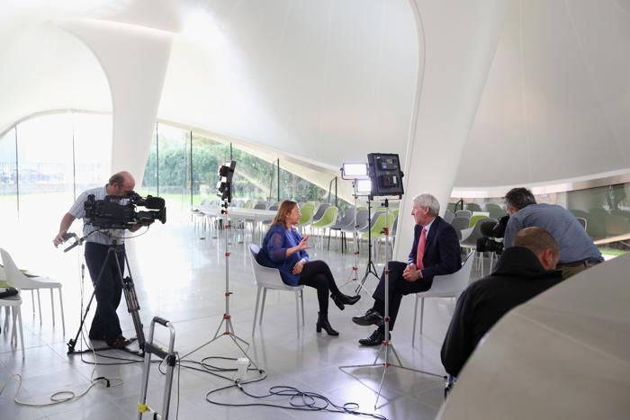 Автором проекта новой галереи «Серпантин» (Serpentine Sackler Gallery) стала Зара Хадид — известный британский архитектор, которая перед открытием провела в здании встречу с журналистами. Фото: Oli Scarff/Getty Images