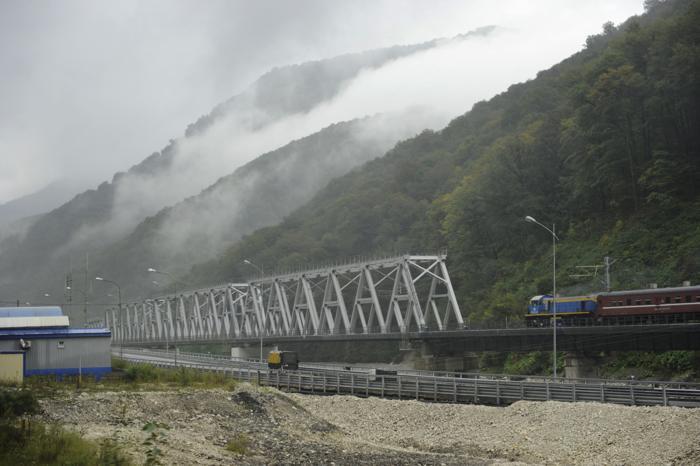 Железнодорожная ветка на горный курорт из Адлера в олимпийском Сочи, 26 сентября 2013 года. Фото: MIKHAIL MORDASOV/AFP/Getty Images