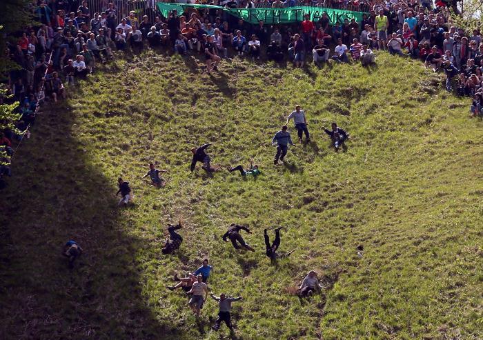 Экстремальная сырная гонка по традиции прошла в Брокворте. Фото: Matt Cardy/Getty Images