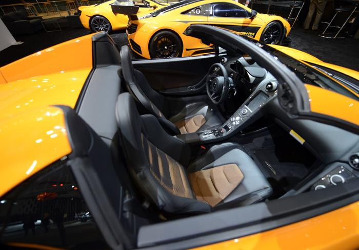 Премьера McLaren MP4-12C 2013 на авто-шоу в Нью-Йорке. Фото: TIMOTHY A. CLARY/AFP/Getty Images