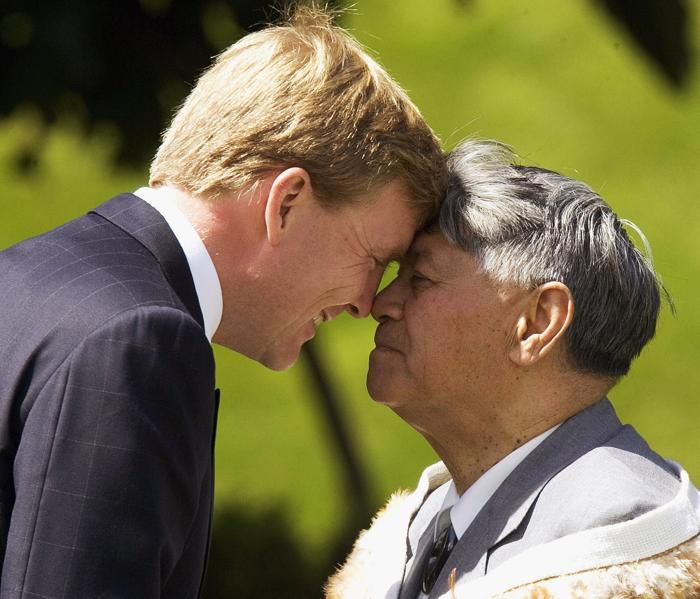 Принц Виллем-Александр получает приветствие маори от Сэма Джексона в Новой Зеландии . Фото: Marty Melville/Getty Images
