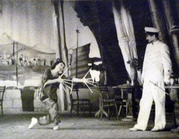 Китайская танцовщица Тао Хоа (Н. Слободян) исполняет Танец с пальчиками перед русским капитаном. Фото из архива балерины, предоставлено Кириллом Новосельским