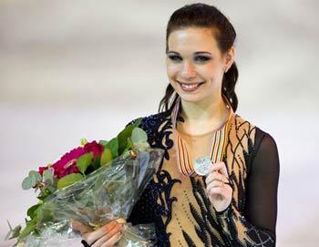 Российская фигуристка Алена Леонова, завоевавшая серебряную медаль в женском одиночном катании чемпионата мира по фигурному катанию в Ницце (Франция), на церемонии награждения. Фото РИА Новости