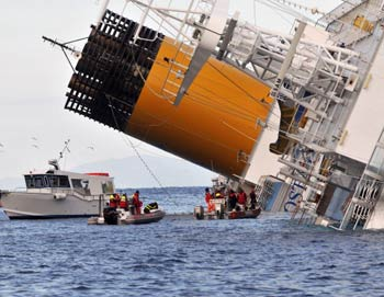 Место крушения Costa Concordia. Фото: рTullio M. Puglia, Laura Lezza/Getty Images