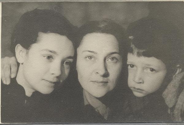 Любовь Бабицкая после лагеря с дочерью Оксаной и сыном Лешей. Фото предоставлено Евгенией Головня