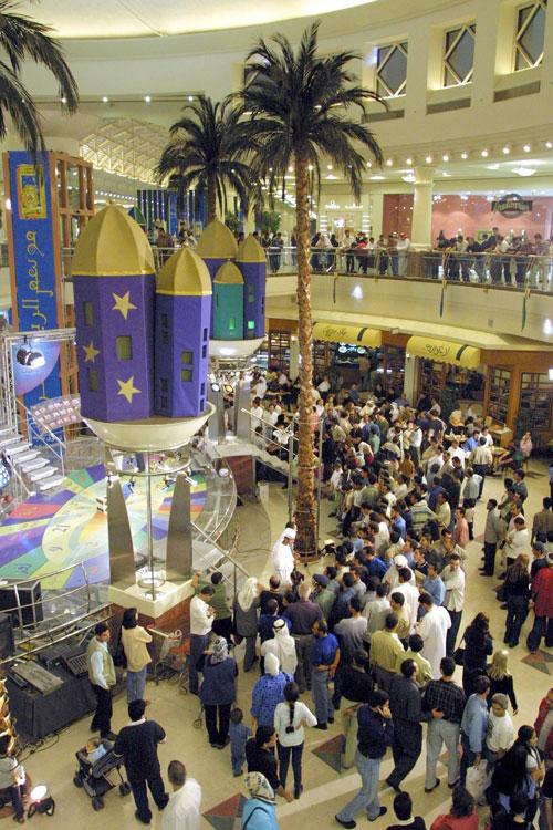 В Дубае имеется более 30 современных торговых центров, оборудованных системами кондиционирования воздуха и всем необходимым для самого комфортного похода за покупками. Фото: RABIH MOGHRABI/AFP/Getty Images