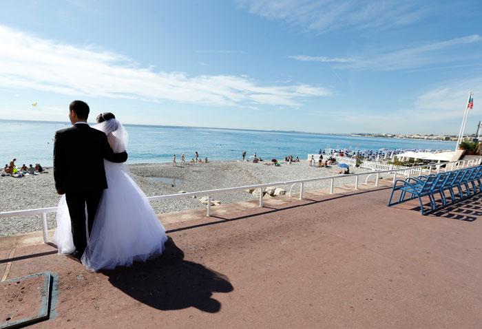 Сегодня свадьба за границей — это выбор оригинальных, обладающих богатой фантазией смелых молодых людей. Фото: VALERY HACHE/AFP/GettyImages
