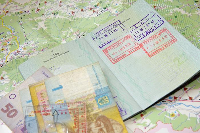 Для граждан России и других стран СНГ для посещения Украины виза не требуется. На пограничных пунктах пропуска в загранпаспорт ставится штамп о въезде. Фото: Katerina Novakova/Photos.com