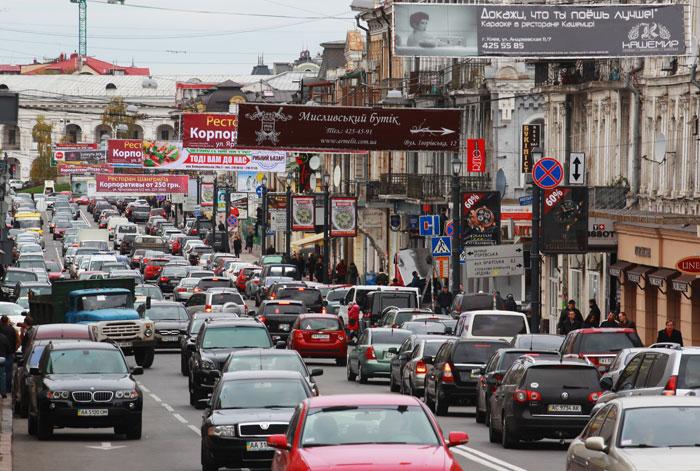 Если собрались в Украину на собственном автомобиле, следует сразу включить в отпускной бюджет расходы на транспортный сбор, который взимается при пересечении границы. Фото: Joern Pollex/Getty Images