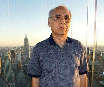 Бангалор, Индия K.K. Лузрия, 64 года, служащий Центрального Официального банка, находящийся на пенсии
