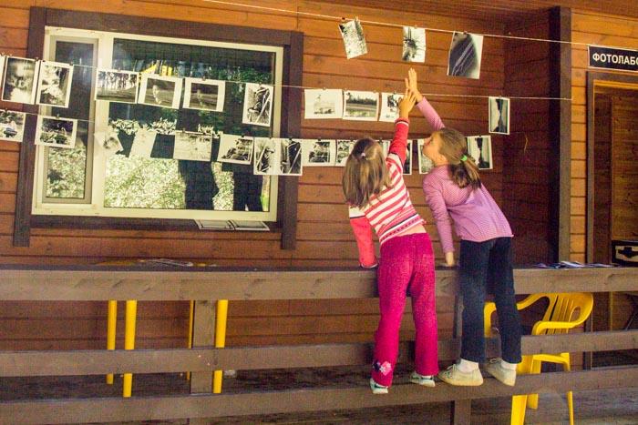 Юные фотохудожницы рассматривают, напечатанные в фотолаборатории фото. Фото: Сергей Лучезарный/Великая Эпоха (The Epoch Times)