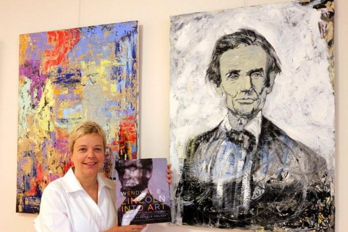 Венди Аллен стоит со своими картинами Линкольна. Её новая книга озаглавлена LINCOLN IN ART (Линкольн в искусстве). Фото: Myriam Moran copyright 2013