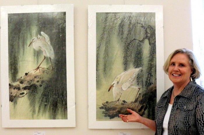 Барбара Эбог с одной из акварелей её матери, выполненной на рисовой бумаге. Художница Элоиз Брэлов обучалась у китайских мастеров, чтобы изучить технологию росписи на рисовой бумаге. Фото: Myriam Moran copyright 2013