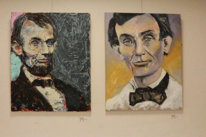 Венди Аллен специализируется на портретах Авраама Линкольна. Два стоящие рядом портрета, выполненные маслом на холсте, изображают Линкольна — молодого адвоката, одетого в белый полотняный костюм, и Линкольна в раздумье. Фото: Myriam Moran copyright 2013