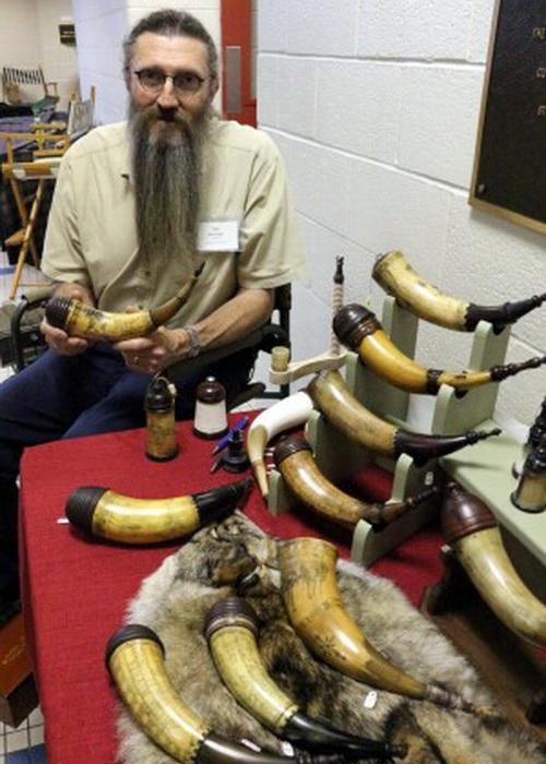 Художественный резчик по кости и по рогам мастер Тим Сэннер с его рожками для пороха ручной работы. Фото: Myriam Moran copyright 2013