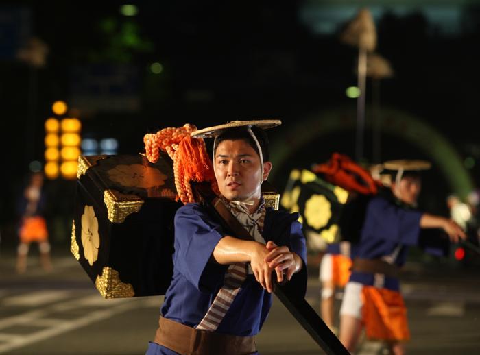 3 августа 2013 года, в японском  портовом городе Химэдзи прошёл традиционный ежегодный фестиваль «Замок Химэдзи». Фото: Buddhika Weerasinghe/Getty Images